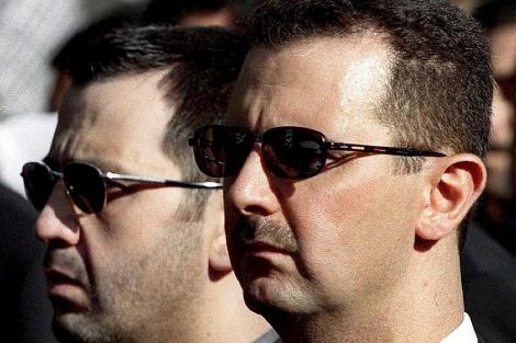 Bashar Assad y su hermano en el funeral de su padre.| Afp
