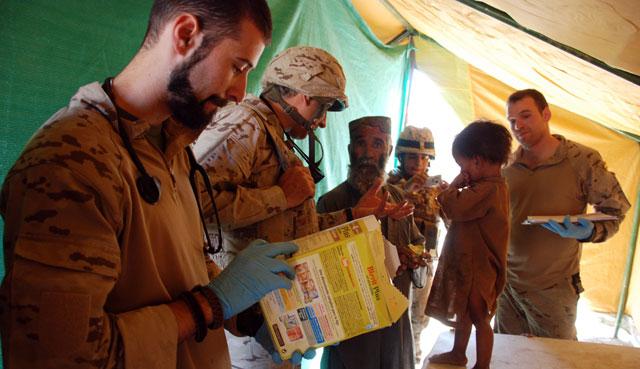 Militares españoles ofrecen asistencia médica a un niño en el valle de Darr-e-bum. | MÒNICA BERNABÉ