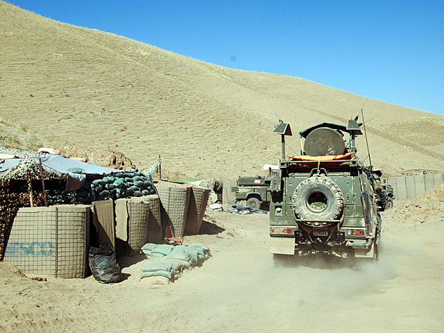 Un vehículo español el jueves, cerca de la zona del ataque. | Mònica Bernabé