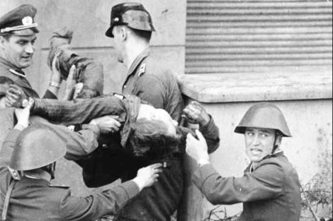 Los soldados recogen el cadáver de Peter Fechter en 1962. | Ap