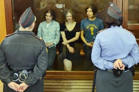 Las tres integrantes de Pussy Riot, minutos antes de conocer la sentencia.   Afp