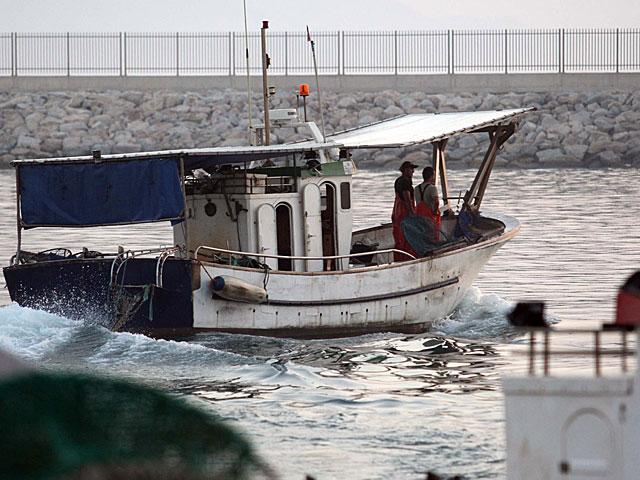 Un pesquero en las aguas que rodean el Peñón.   Fco Ledesma
