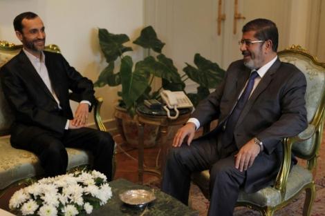 Mursi, junto al vicepresidente iraní Hamid Baghai el pasado 8 de agosto.   Reuters