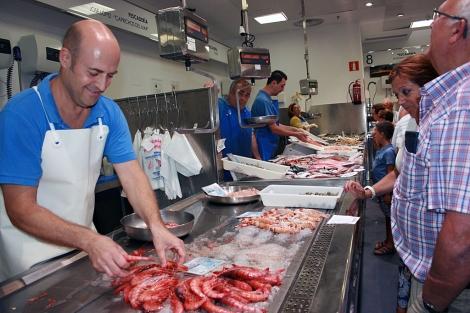 Un puesto de gamba roja en el mercado de Almería.| M.C.