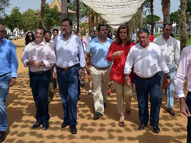 Rajoy, en el 'Rocío Chico' de Almonte con Fátima Báñez y dirigentes del PP.   El Mundo