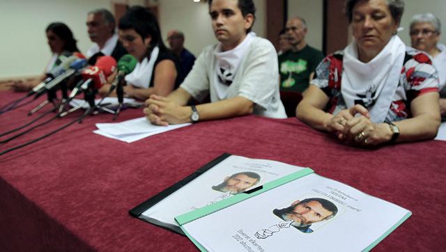 Miembros del colectivo de apoyo a presos de ETA durante una rueda de prensa.| Efe