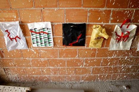 Una de los trabajos expuestos en un edificio en obras de Alicante. | Efe