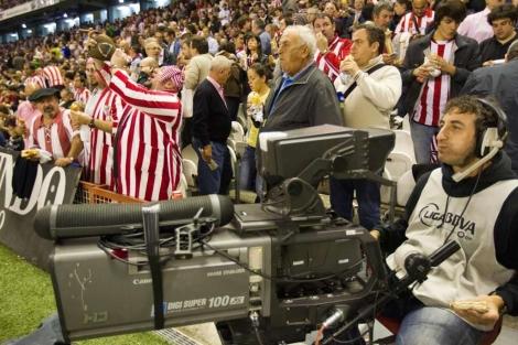 Un cámara de televisión durante un partido del Athletic en San Mamés.   Mitxi