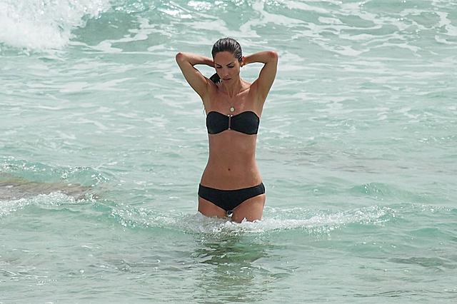 Eugenia Silva se refresca en las playas de Ibiza. VEA MÁS IMÁGENES