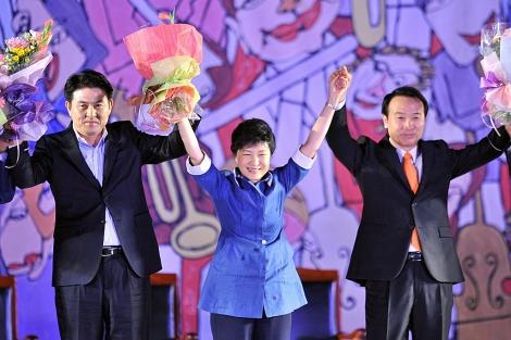 Park Geun Hye, en el centro, celebra su candidatura oficial a las elecciones.   Afp