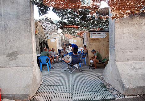 Tiendas de campaña, rodeadas de bloques de hormigón en Moqur. | Mònica Bernabé