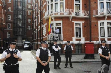 La embajada de Ecuador en Londres, con Assange al fondo. | EFE