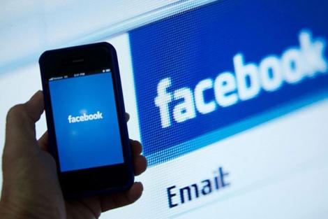 Aplicación de Facebook en un teléfono móvil. | Efe