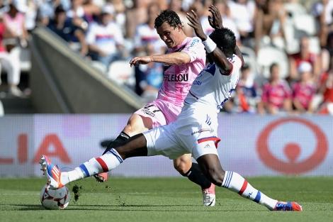 Cissoko trata de robar el esférico a Faussurier. | Afp