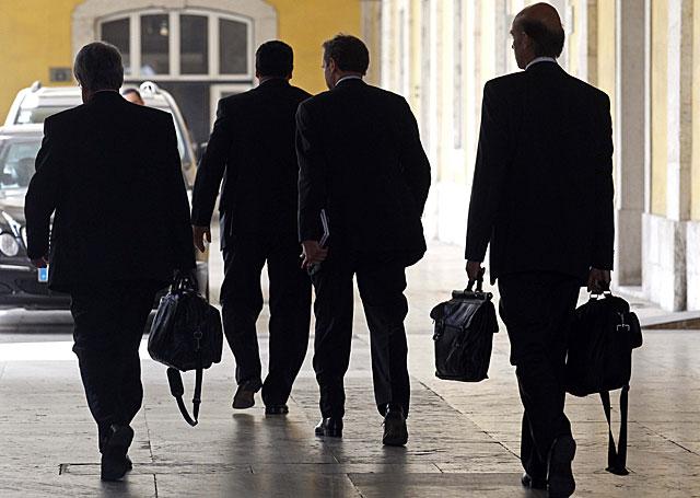 'Los hombres de negro', miembros de la 'troika' formada por el FMI, el BCE y la CE a su llegada a Lisboa. | José Manuel Ribeiro