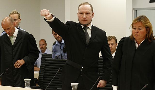 Breivik ejecutó una vez más el saludo extremista al llegar a la sala VER MÁS IMÁGENES. | Reuters