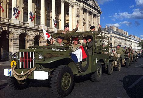 Desfile de época en la plaza de la Concordia de París en el 68 aniversario. | Afp