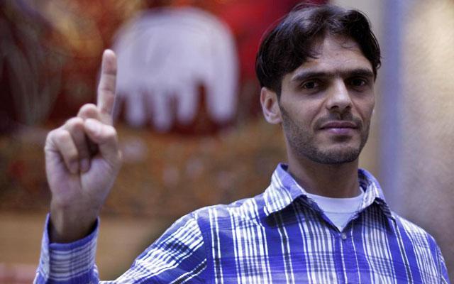El activista sirio, Abu Jafar, sonríe posando tras la entrevista. | Javier Barbancho
