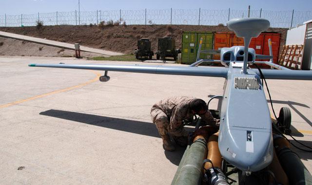 Un militar revisa uno de los aviones no tripulados en Herat.   Mònica Bernabé