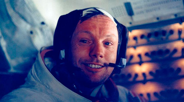 Armstrong sonríe tras su histórico paseo lunar.   Reuters/ NASA