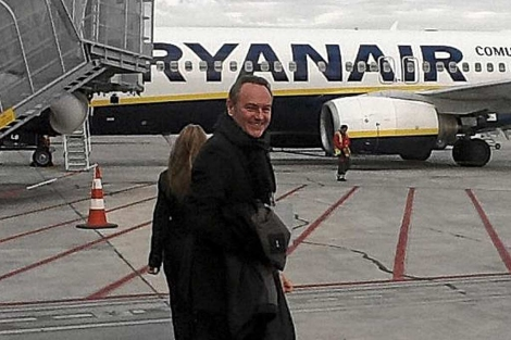 El president Alberto Fabra, con un avión de Ryanair al fondo | E.M.
