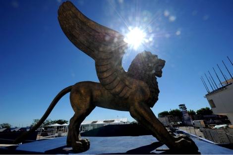 El león alado espera la inauguración de la muestra. | Afp