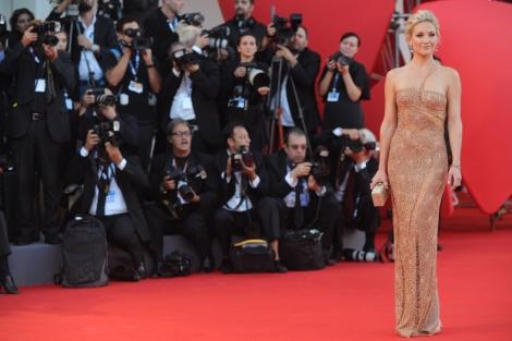 Kate Hudson, una de las caras del filme, 'toma posesión' de la alfombra roja. | Afp VEA MÁS FOTOS