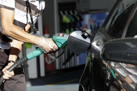 Un conductor reposta en una gasolinera. | Efe