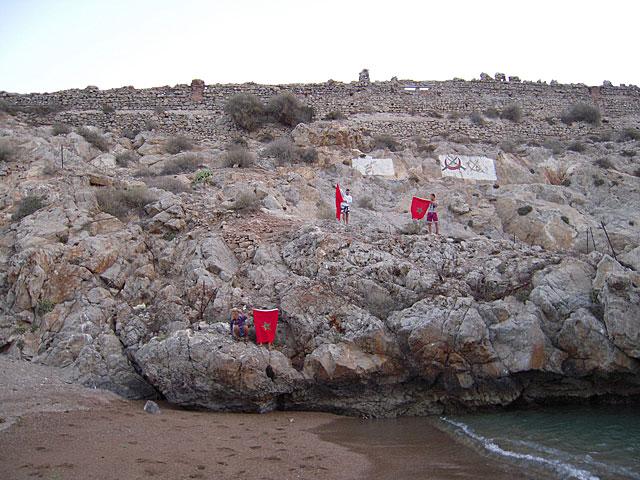 Los activistas, en el Peñón de Vélez de la Gomera. | Comité para la Liberación de Ceuta y Melilla. VEA MÁS IMÁGENES