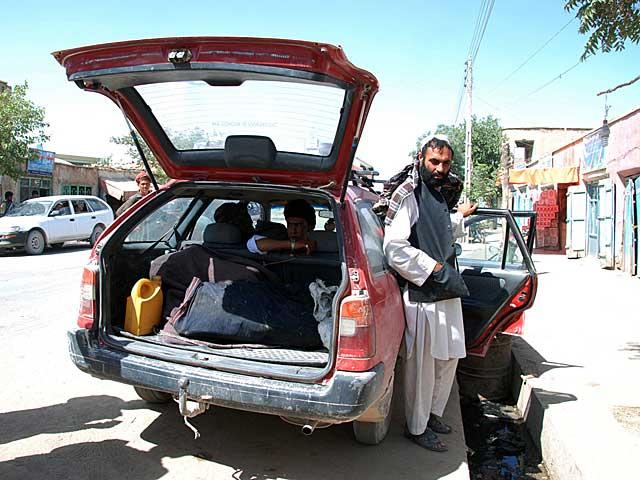 Un conductor espera a tener pasajeros en Qala-e-now para emprender el viaje a Herat. | Mònica Bernabé.