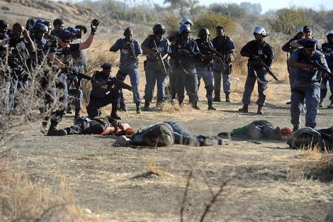 La policía observa los cadáveres de los mineros en Marikana VEA MÁS IMÁGENES. | Afp
