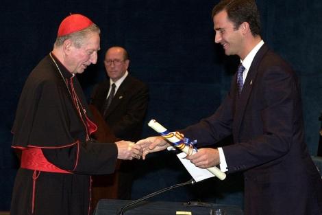 Carlo María Martini recibiendo el Premio Príncipe de Asturias.   Efe