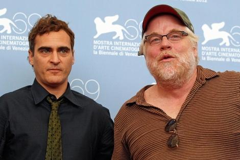 Joaquin Phoenix (izda.) y Philip Seymour Hoffman (dcha.),a ctores de 'The Master'.| Reuters