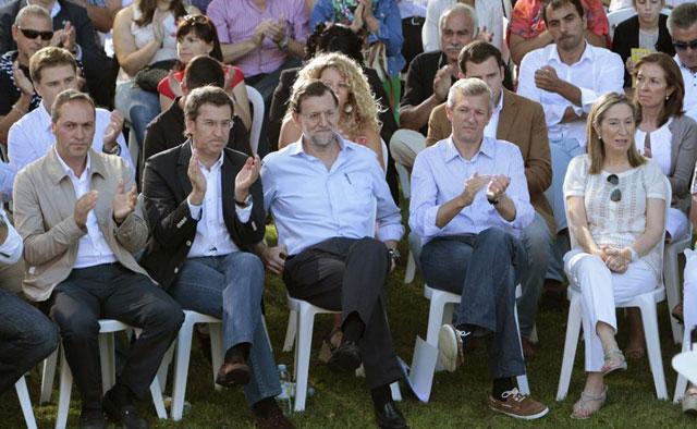 Rajoy, junto a Feijoo (izda.), durante el acto político en Soutomaior. | Salvador Sas / Efe