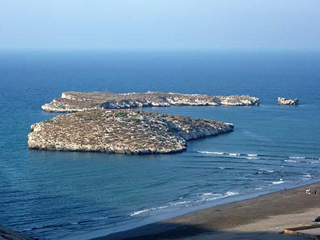 En primer término, la Isla de Tierra.   El Mundo