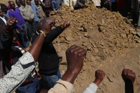 Varios mineros en el funeral celebrado este domingo por una de las víctimas,| Reuters