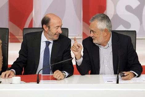 Rubalcaba junto a Griñán, este lunes, en la primera reunión de la Ejecutiva Federal del PSOE. | Efe