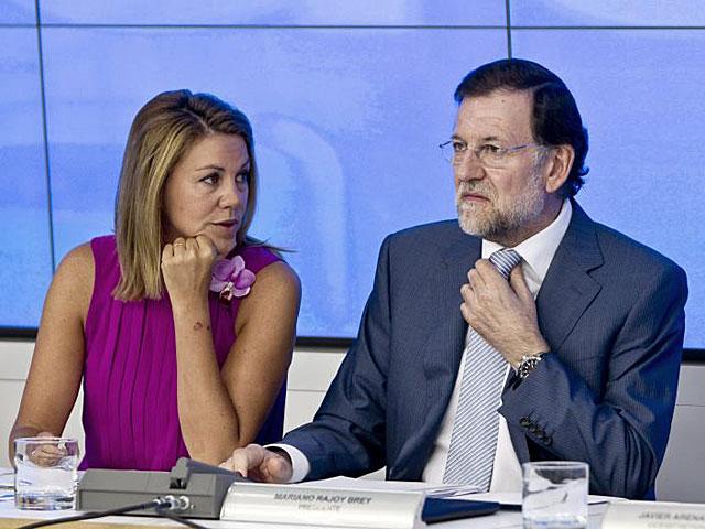 Rajoy conversa con María Dolores de Cospedal durante la reunión de la Ejecutiva. | Alberto Di Lolli
