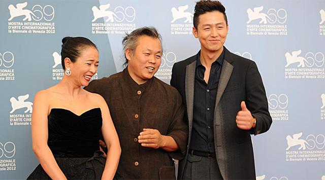 Cho Min-Soo, el director Kim Ki-Duk y Lee Jung-Jin en Venecia. | Foto: Afp