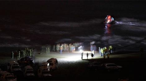 Otro momento del dispositivo del desalojo en la playa de Sfiha. | Carlos García
