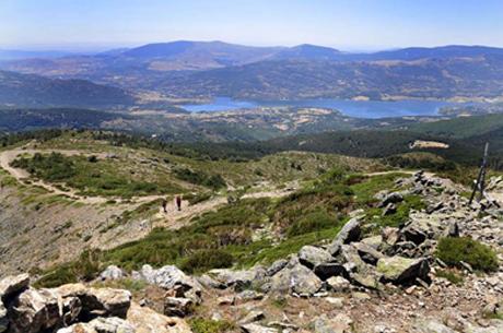 Alcanzando la meseta cimera, con el valle de Lozoya al fondo.  Marga Estebaranz