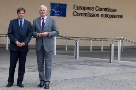 Stefaan de Rynck y Michel Barnier, los portavoces de la UE en este asunto.