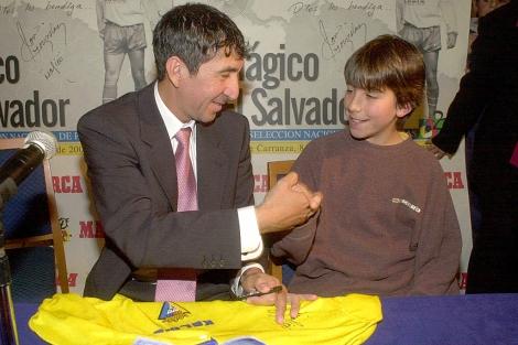 El ex futbolista 'Mágico' González firma autógrafos en Cádiz, en una imagen de archivo. | El Mundo