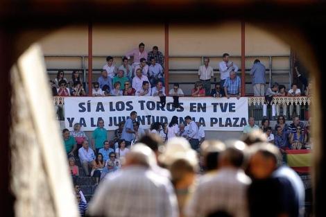 Varias personas junto a una pancarta a favor de las retransmisiones en TVE.  Efe