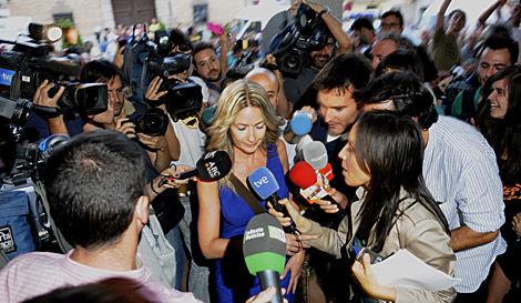 Entrada de la concejal socialista, rodeada de medios de comunicación. | Efe