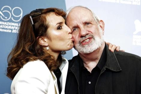Noomi Rapace besa al director Brian de Palma en la presentación de 'Passion'  Tony Gentile