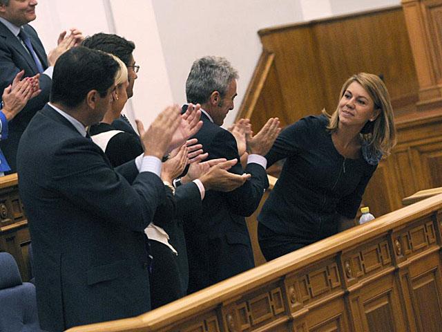 Cospedal es aplaudida por sus compañeros de partido durante el pleno. | Pérez Herrero / Efe