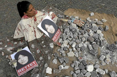 Una mujer escenifica una lapidación en 2010. | E. M.