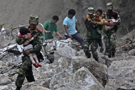 Miembros del Ejército rescatan a varios niños. | Reuters |   MÁS IMÁGENES