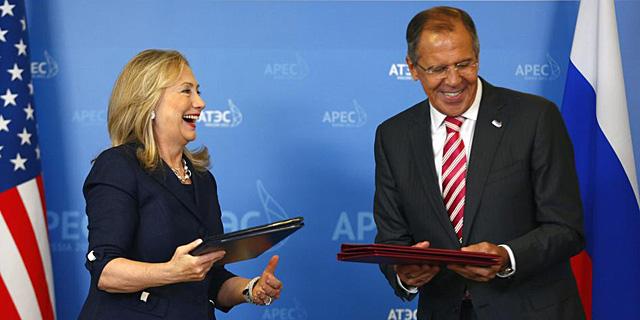 Hillay Clinton (i), y Sergei Lavrov, durante su encuentro en Vladivostok. | Efe